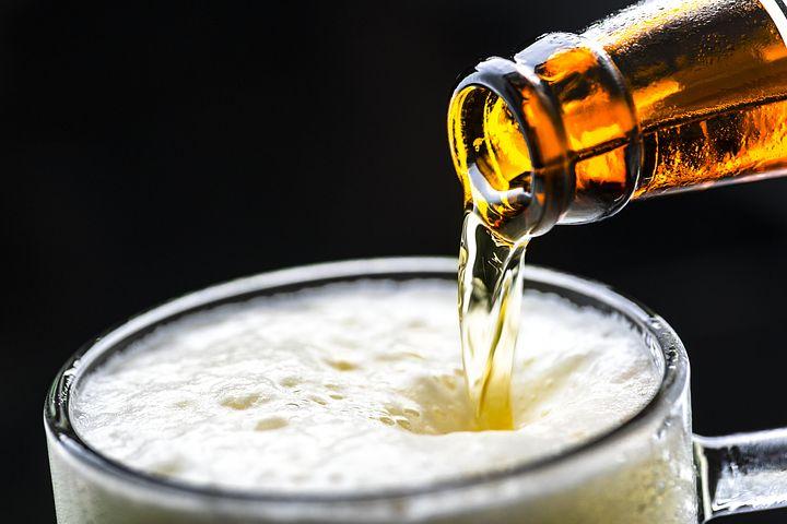 cerveza sirviéndose
