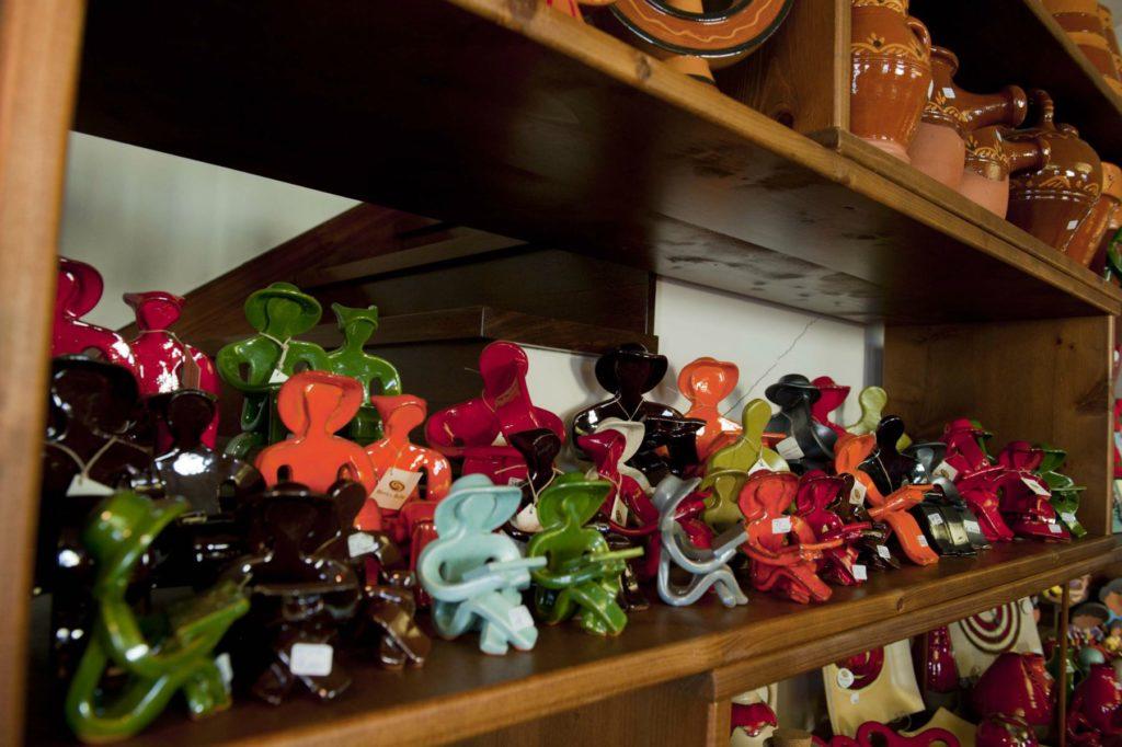 Figuras en la tienda de artesanía